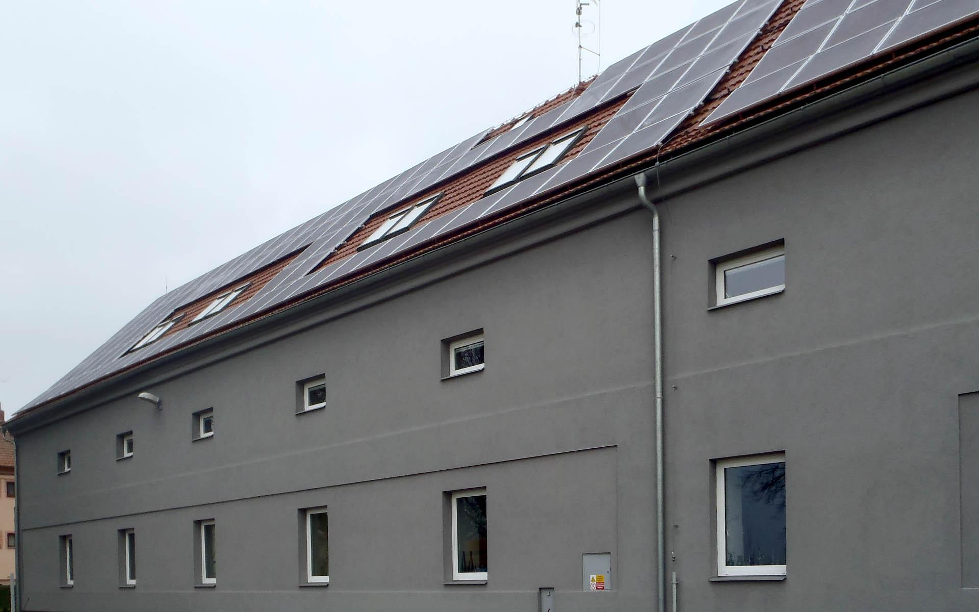 Rekonstruovaná historická budova reklamní agentury Q. Studio, Uherský Brod. Instalace fotovoltaické elektrárny o výkonu 23 kWp.