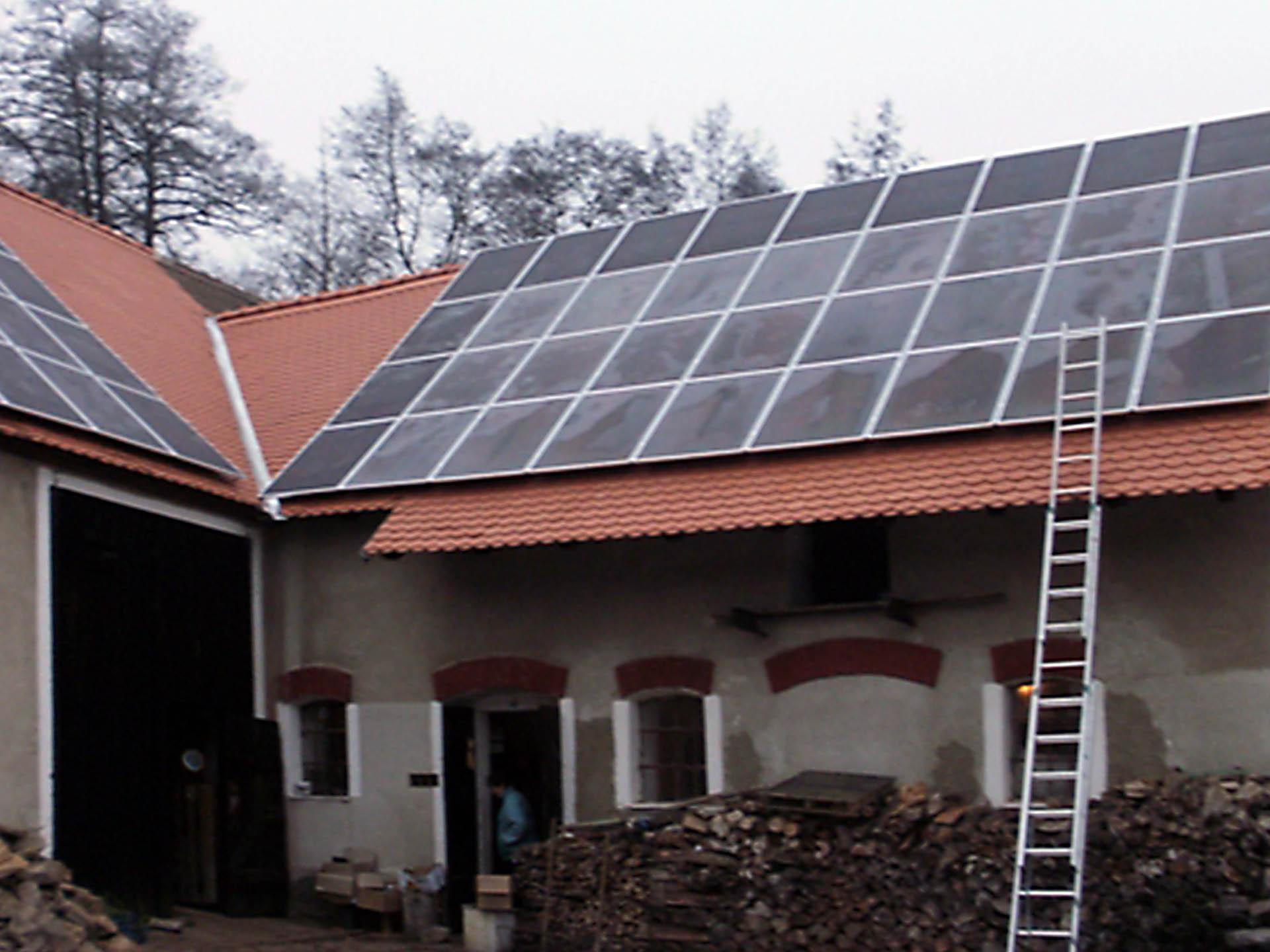 Rodinný dům a hospodářské stavení, Dobronice. Instalace fotovoltaické elektrárny o výkonu 12 kWp.